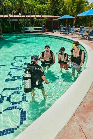 St. Thomas Diving Club: Keirsten teaching DSDs at Bolongo