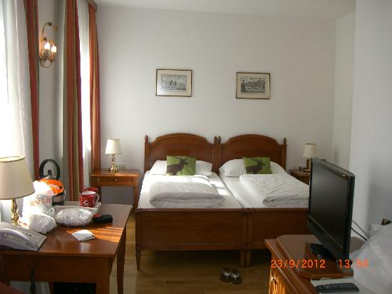 ACHAT Plaza Zum Hirschen: double bed in triple room