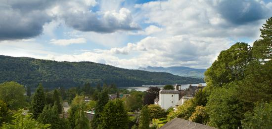 Oakdene Bed & Breakfast: View of the lake, Langdales and Claife Heights from the rooms