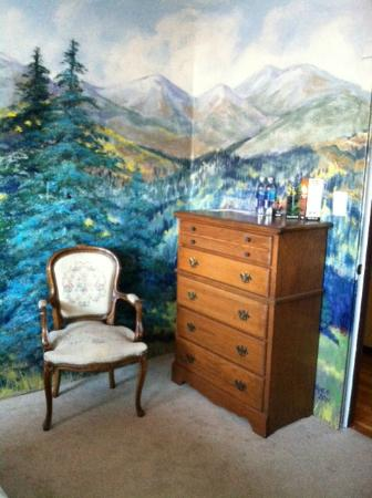 La Veta Inn: the mural wraps around this room