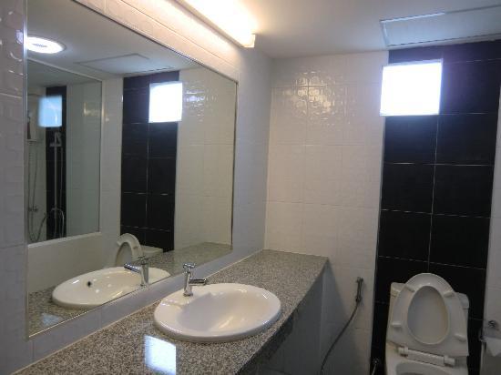 Hotel La Villa : Large bathroom counter