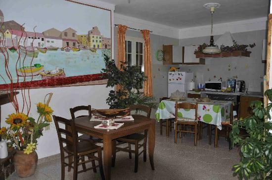 B&B Il Melograno: Cucina-soggiorno