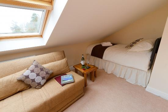 Oakdene Bed & Breakfast: Single bed and sofa area of Superking size Room 1