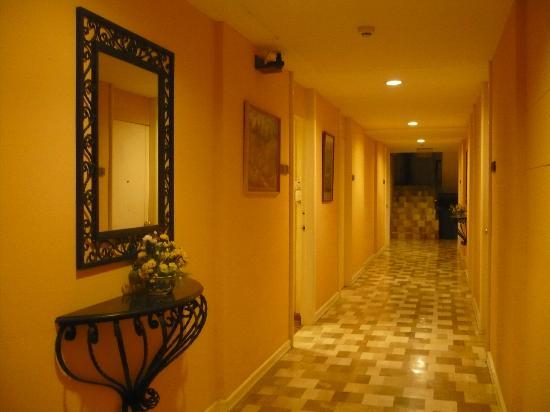 Coco Grande Hotel Dumaguete: ホテルの廊下(部屋の入口)