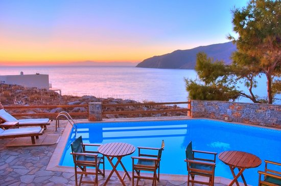 Yperia Hotel: Sunset at the pool bar