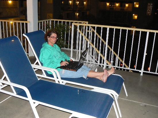 Seaport Inn Motel : Relaxing on the patio!