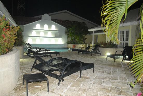Island Inn Hotel: Pool at night