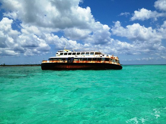 Cozumel Pearl Farm: Ship wrecked that you will see on your way to the Pearl Farm