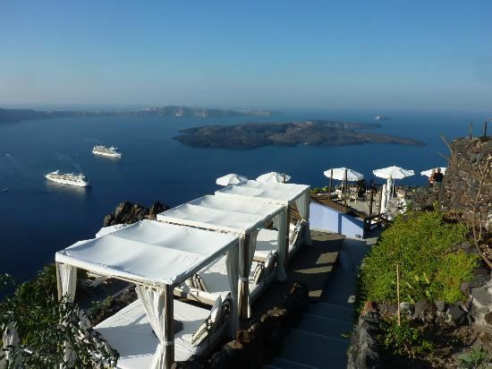 Honeymoon Petra Villas: Blick auf den Pool mit Liegen
