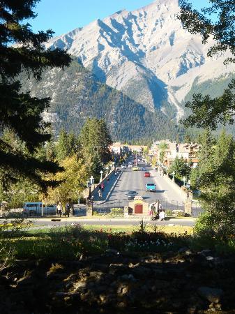 Fairmont Banff Springs: Vista del pueblo de Banff 10 minutos andando desde el hotel