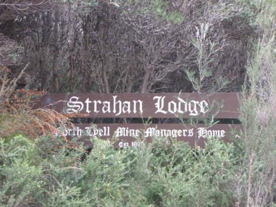 Strahan Wilderness Lodge and Bay View Cottages: Road sign