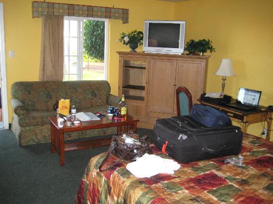 Oceanside Inn & Suites: Stor stue med TV