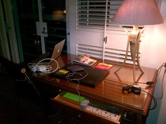 Four Seasons Hotel Jakarta: Work station