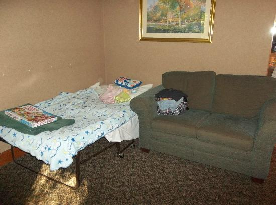 Glen Iris Inn: Extra cot in room at Pinewood Lodge