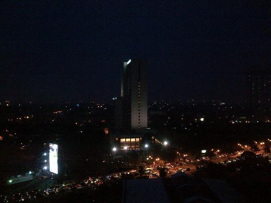 Four Seasons Hotel Jakarta: Night view from balcony