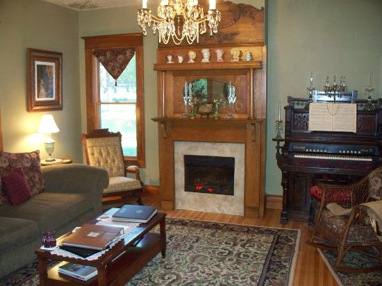 The Miller's Daughter Bed and Breakfast: Parlor Living Room