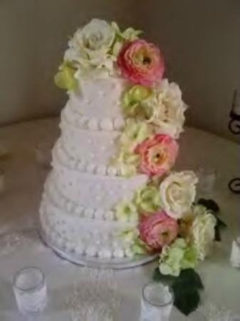 The Ragsdale Inn: Wedding Cake Prepared by the Inn in 2012.