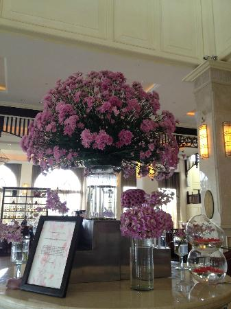 Sofitel Phnom Penh Phokeethra: Purple flowers scent the lobby