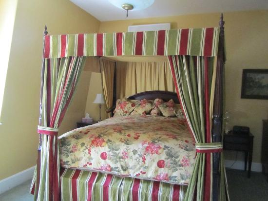 Queen Anne Inn: An amazing bed