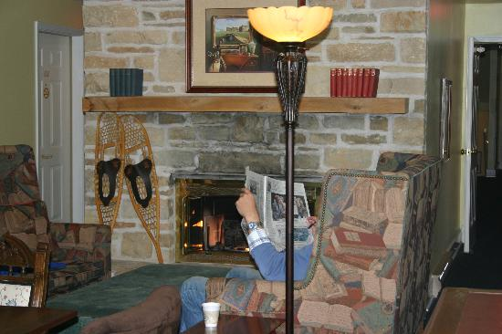 Church Hill Inn: visitng areas between rooms--fireplace--cozy