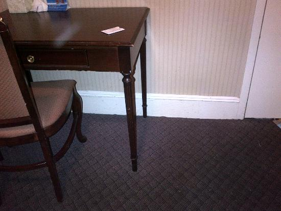 ‪‪Days Inn Hotel New York City-Broadway‬: wood on desk chipped/dirty carpet