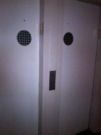 Days Inn Hotel New York City-Broadway: elevators