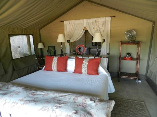 Tanda Tula Safari Camp: Bedroom inside the tent