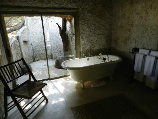 Tanda Tula Safari Camp: Bath and outdoor shower