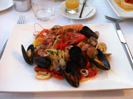 Restaurant Marina Grande: Linguine with calamari, king prawn, scampi, shellfish and cherry tomatoes