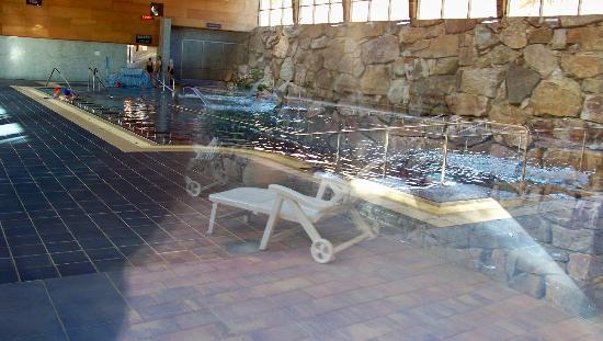Salobre, Spagna: Vista desde el exterior de la piscina termal