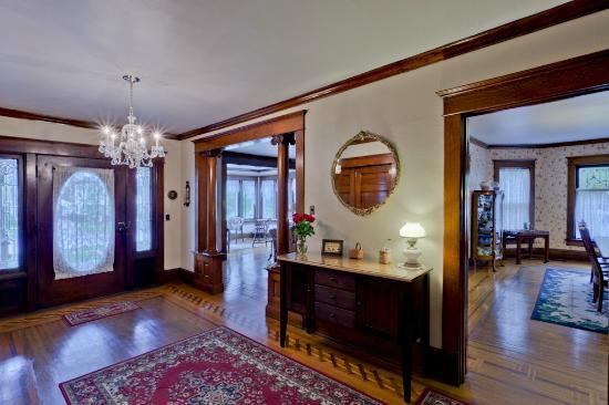 The Garver House Bed & Breakfast: Foyer in The Garver House