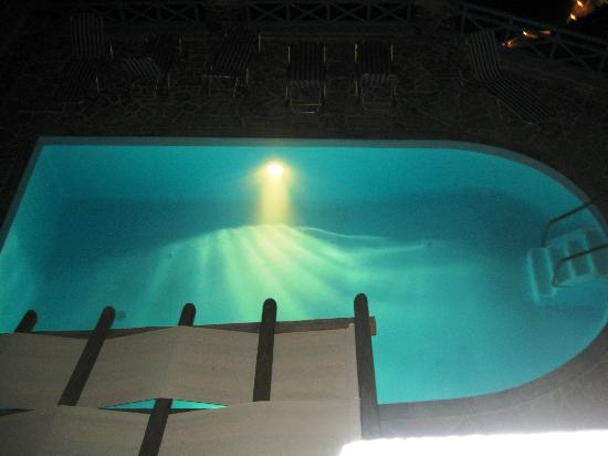 Scirocco Apartments : The pool in the evening