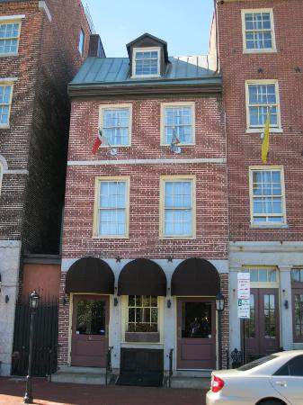 Penn's View Hotel: Front of hotel. Top window was our room (314)