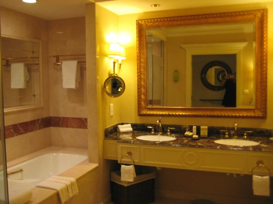 The Venetian Macao Resort Hotel: Large Bathrooms