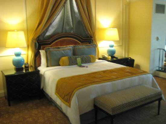 The Venetian Macao Resort Hotel: Beedroom area of suite