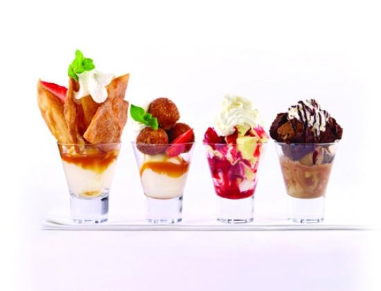 Casey's Grill Bar in Boucherville : Selection of mini desserts