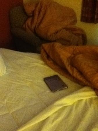La Quinta Inn & Suites Philadelphia Airport: Libro que estaba en la cama sin limpiar