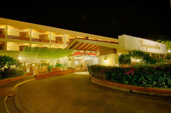 Hotel Bougainvillea: Front of hotel at night