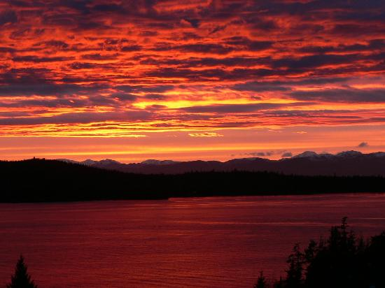 Alaska Home Fishing B&B Lodge: Sunset from lodge