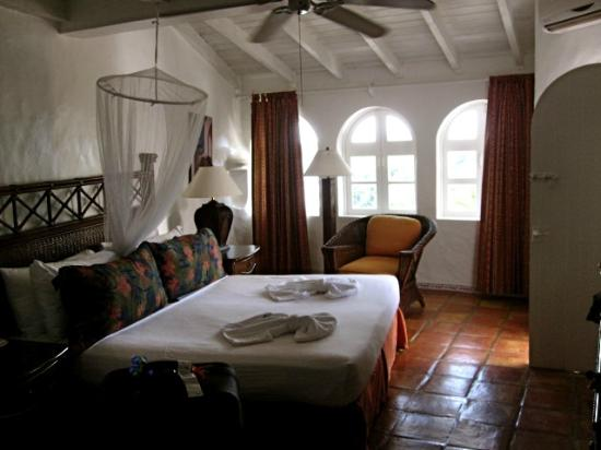 Windjammer Landing Villa Beach Resort: Bedroom off the main family room/kitchen, only part of room with aircondition