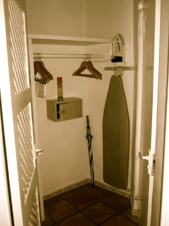 Windjammer Landing Villa Beach Resort: Closet/Safe