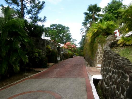 Windjammer Landing Villa Beach Resort: path to the hotel room, long walk but a beautiful one!