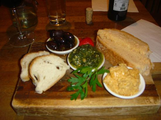 Kennedy's Food Store: Lovely presentation of trio of olives, pesto and hummus