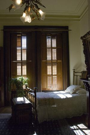 Flavel House Museum : Love the natural light in this bedroom