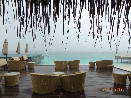 PER AQUUM Huvafen Fushi: Дождь