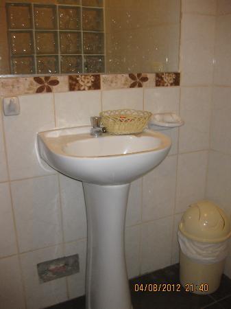 Hotel Puerto Amazonico: more bathroom