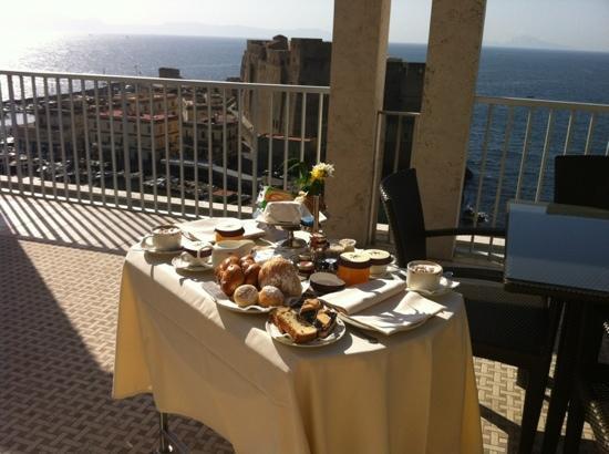 Royal Continental Hotel: colazione sulla terrazza della stanza