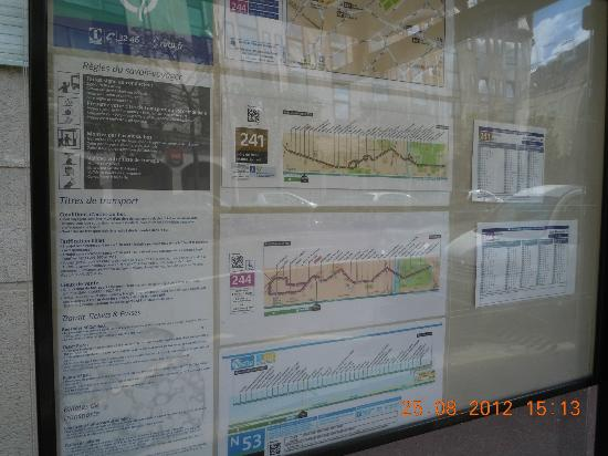 Ibis Paris Rueil Malmaison: Bus Stop opp to hotel