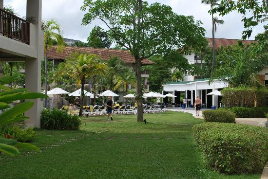 Centara Karon Resort Phuket: Grounds leading to the family Pool