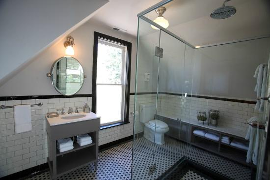 The Outlook Lodge: One of two Deluxe Family Suite Bathrooms